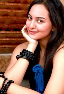 Sonakshi Sinha Dabangg Girl Stills Gallery navel show